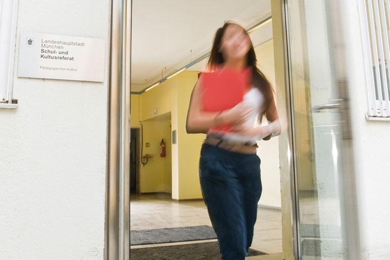 pi-mitarbeiterin im treppenhaus, foto: bernhard lang