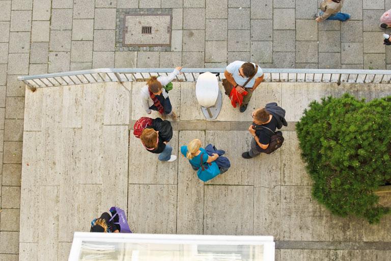 personengruppe von oben gesehen vor dem pi-zkb, foto: bernhard lang