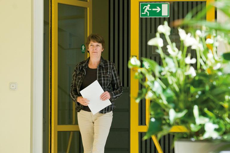 mitarbeiterin im flur des pi-zkb, foto: bernhard lang