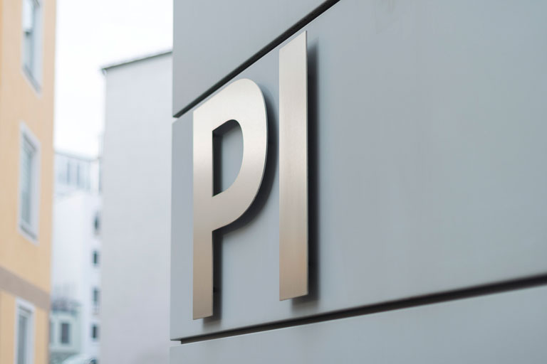 pi-logo an der aussenfassade close-up, foto: bernhard lang