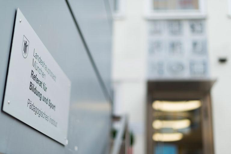 eingangsschild am pi-zkb, marienstrasse, foto: bernhard lang