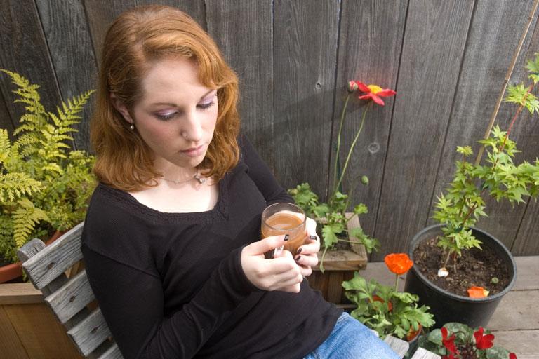 junge frau in gedanken verloren, mit teetasse in der hand, foto: istock, yazolinogirl