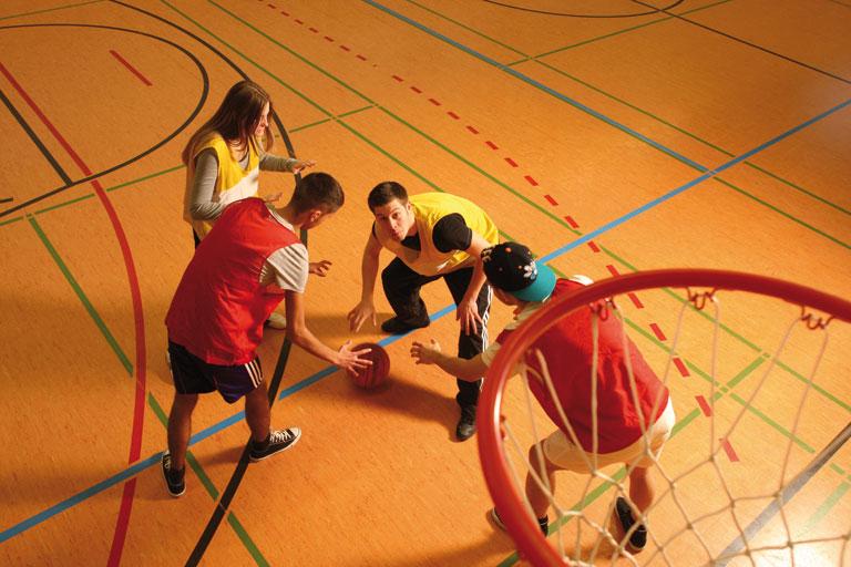 schuelerinnen und schueler spielen basketball, foto: referat fuer bildung und sport