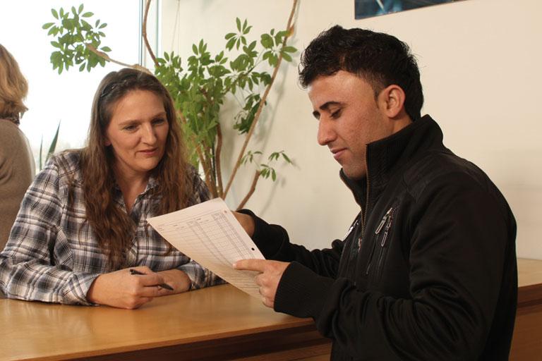 junger mann wird auf dem sekretariat beraten, foto: referat fuer bildung und sport