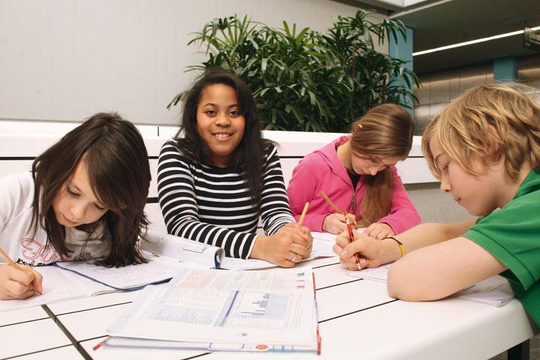 schuelerinnen und schueler bei der gruppenarbeit, foto: referat fuer bildung und sport