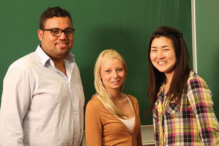 drei erwachsene personen vor schultafel, foto: referat fuer bildung und sport