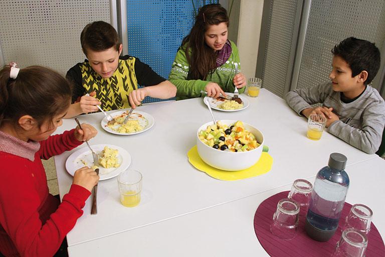 ganztagesschule - kinder beim mittagessen, foto: ravensburger ring