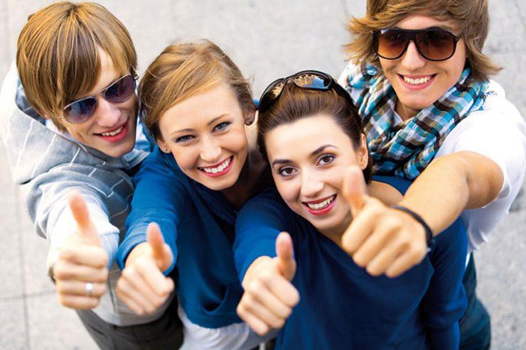 vier freunde zeigen daumen hoch von oben, foto: istock, piksel