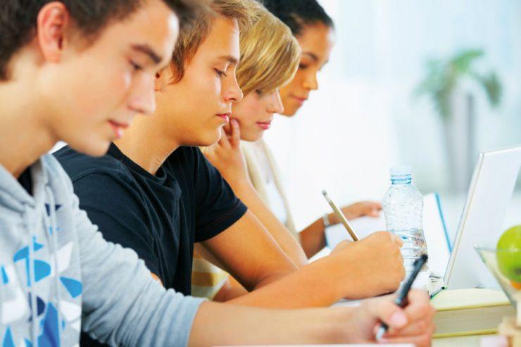 seitliche nahaufnahme junger studenten schreibend, foto: istock, jacob wackerhausen