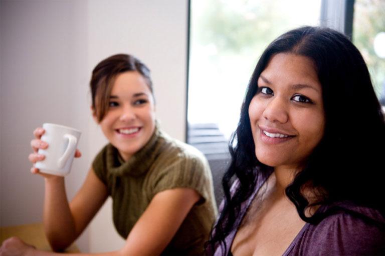 zwei junge frauen mit kaffeebecher, foto: istock, quavondo