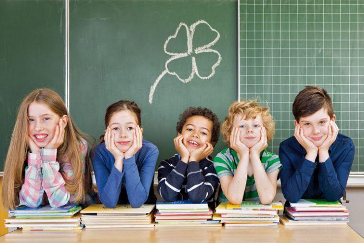 kinder auf buecher gestuetzt vor tafel, foto: fotolia, drubig-photo