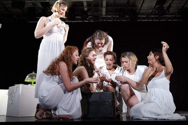 schultheaterfestival 2017, sieben weißgekleidete schuelerinen betrachten eine glaskugel, fotos: ekaterina skerleva, severin vogl