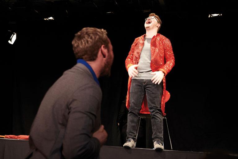 schultheaterfestival 2017, theaterprobe mit einzelnem schueler, lacht lautstark, fotos: ekaterina skerleva, severin vogl