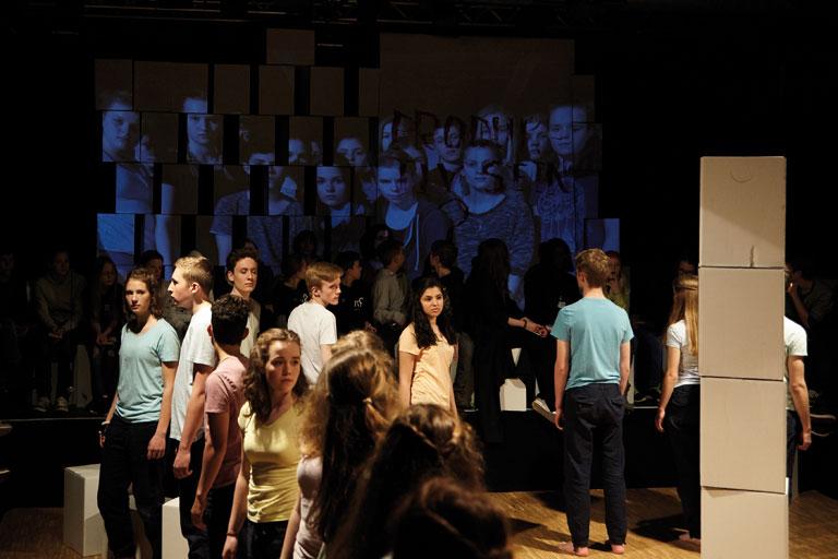 schultheaterfestival 2017, schuelergruppe vor projektionsflaeche, fotos: ekaterina skerleva, severin vogl