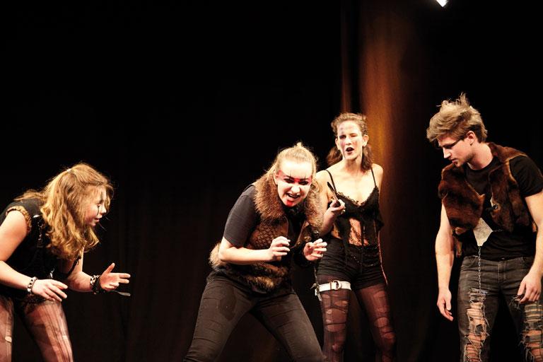 schultheaterfestival 2017, schuelergruppe in gruselkostuemen, fotos: ekaterina skerleva, severin vogl