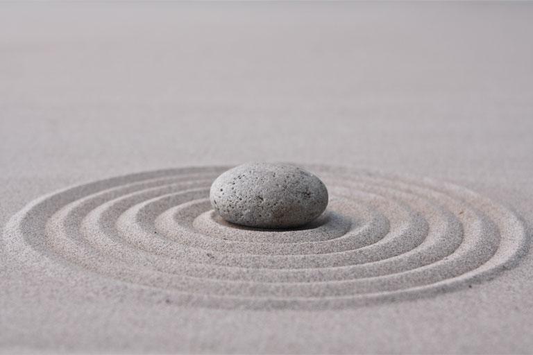 stein in konzentrischen sandkreisen, foto: fotolia, sculpies