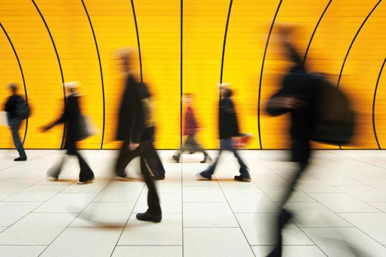 menschen in der u-bahn mit bewegungsunschaerfe, foto: istock, bertlmann