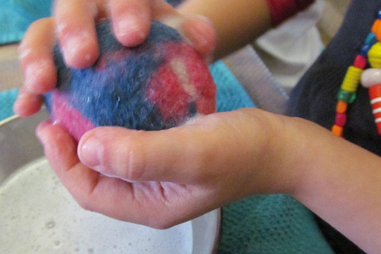 kinderhaende formen eine filzkugel, kita-projekt, foto: paedagogisches institut