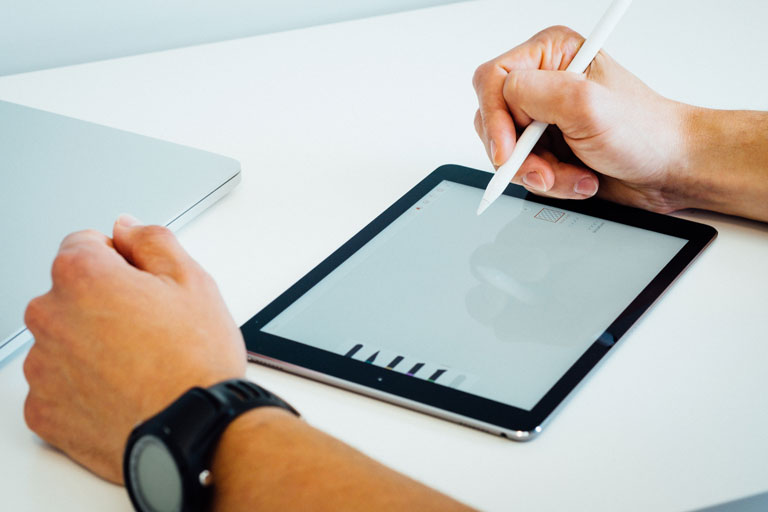 maennliche haende mit stylus über tablet, close-up, foto: unsplash.com, dose-media