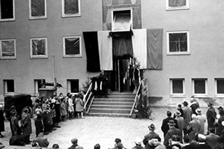 historisches sw-foto von der einweihung des pi