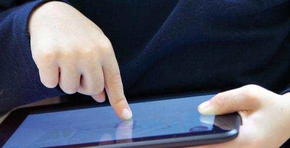 kind wischt auf computer tablet, ausschnitt, foto: fotolia, christin lola