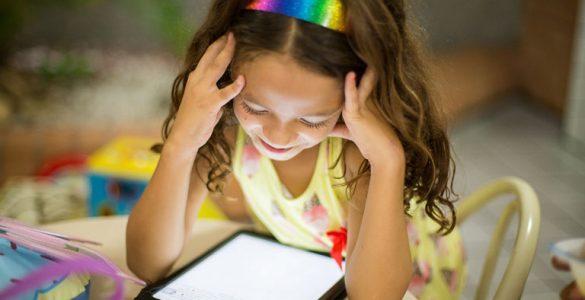 kleines maedchen schaut versonnen auf leuchtendes tablet, foto: unsplash.com, patricia-prudente
