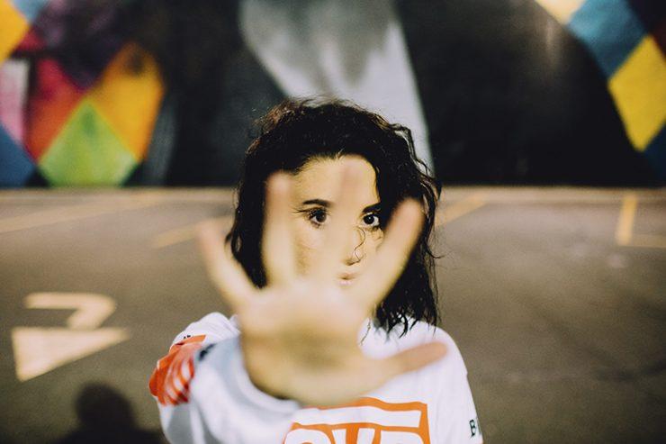 praevention - junge Frau hält die Hand abwehrend entgegen, Foto: unsplash.com, isaiah-rustad