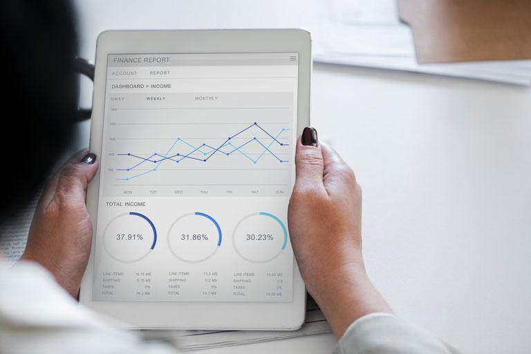 weibliche haende halten tablet mit statistikdiagramm, close-up, foto: unsplash.com, rawpixel