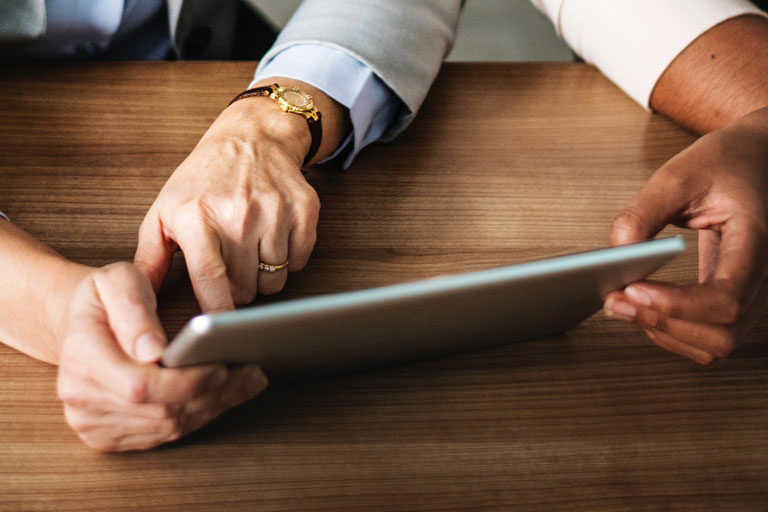 männliche und weibliche haende halten tablet, close-up, foto: unsplash.com, rawpixel
