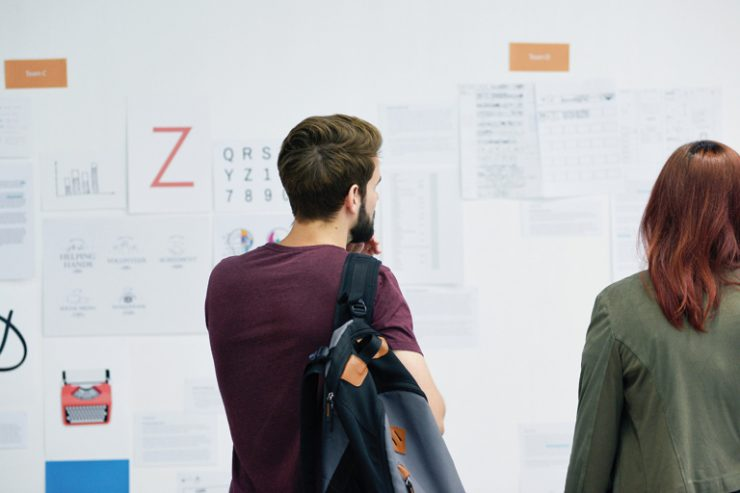 zwei junge studierende betrachten eine schautafel, foto: unsplash.com, rawpixel