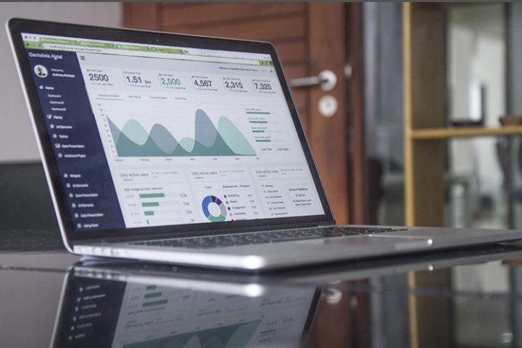 aufgeklappter laptop mit statistikdiagramm, foto: unsplash.com, carlos muza