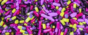 thema suchtpraevention, haufenweise medikamentenkapseln in allen farben, foto: unsplash.com, joshua-coleman