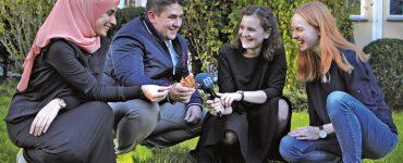 wettbewerb muenchenhoeren 2019, vier jugendliche für ein interview auf der wiese, foto: br bayerischer rundfunk