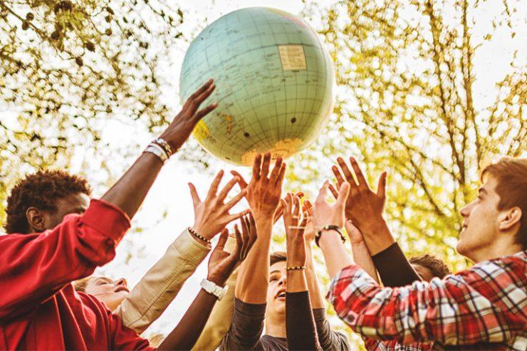 teenager werfen globus in die luft, foto: istock, franckreporter