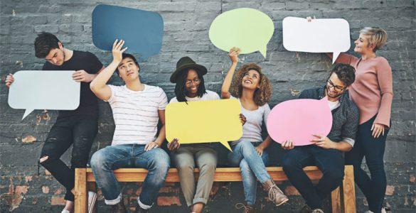 gruppe junger leute sitzend mit sprechblasen in den haenden, foto: istock, peopleimages