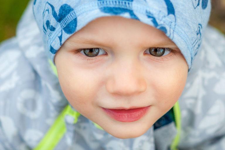 nahaufnahmen, kleines maedchen mit kaputze, von oben, foto: unsplash.com,