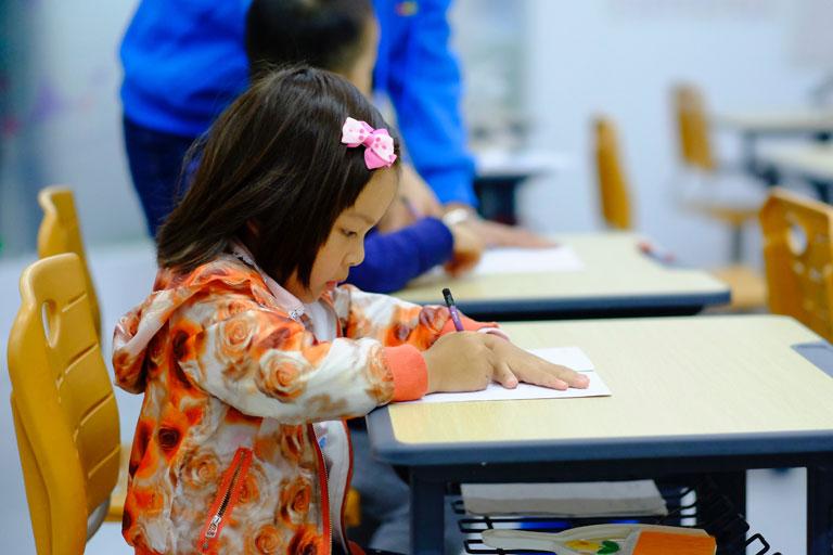 asiatisches vorschulkind schreibt, foto: unsplash.com, jerry-wang