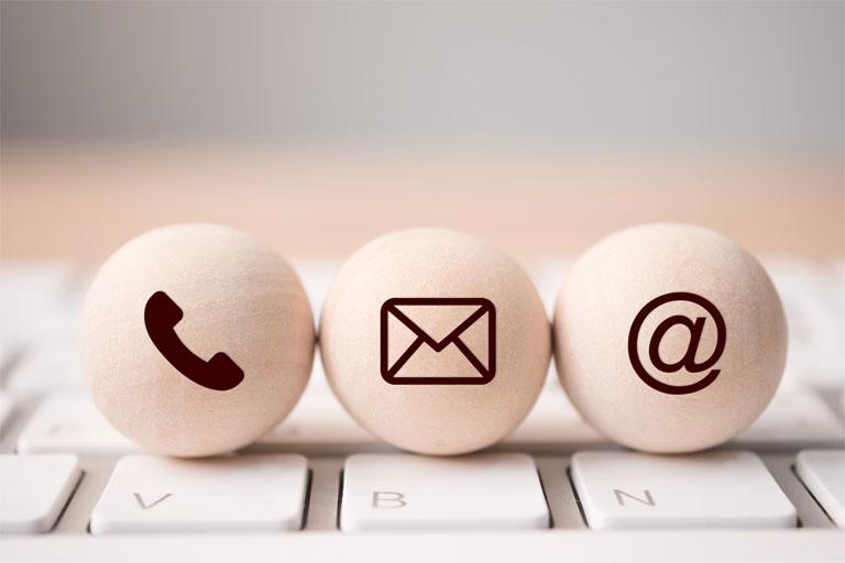 holzkugeln mit telefon-, address- und mail-symbol, foto: istock, monster ztudio