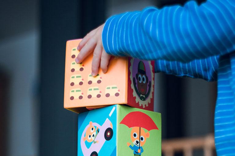 kinderarme mit motivischen baukloetzen, foto: unsplash.com, markus-spiske