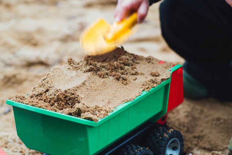 spielplatz mit sandspielzeug im vordergrund, foto: unsplash.com, markus-spiske