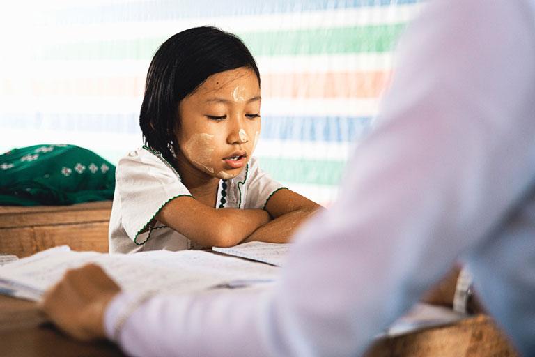 asiatisches maedchen liest lehrer vor, foto: unsplash.com, peter-hershey