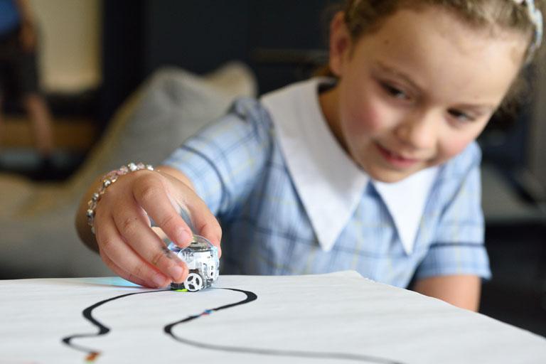 kleines maedchen faehrt zeichnung nach, foto: unsplash.com,stemshare-nsw