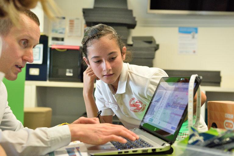 lehrer erklaert schuelerin aufgabe am laptop, foto: unsplash.com, stemshare-nsw