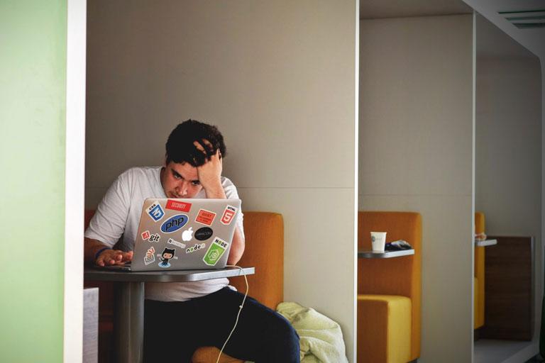junger mann rauft sich die haare vor dem laptop, foto: unsplash.com, tim-gouw