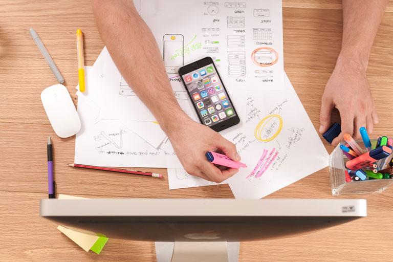 notizen, iphone, imac, haende mit marker arbeiten auf schreibtisch, foto: unsplash.com, william-iven