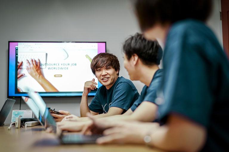 junge leute international in lockerer besprechung vor bildschirm, foto: unsplash.com, xtra-inc