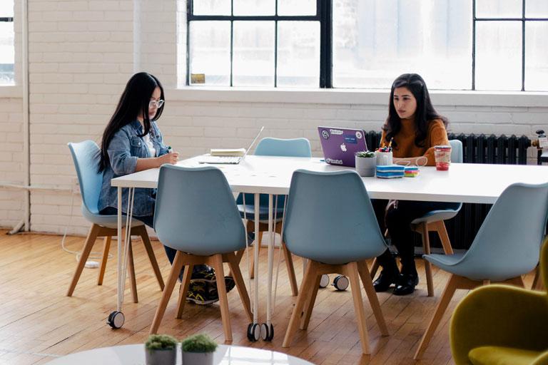 zwei junge asiatinnen arbeiten in entspannter bueroatmosphaere, foto:unsplash.com, you-x-ventures