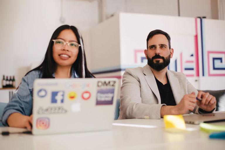 junge frau und junger mann mit laptop bei meeting, foto: unsplash.com, you-x-ventures