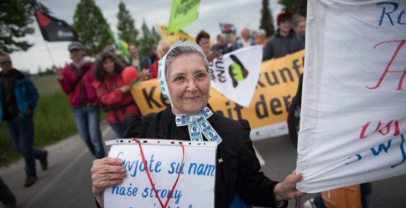 Ältere Dame bei Demo in der Lausitz