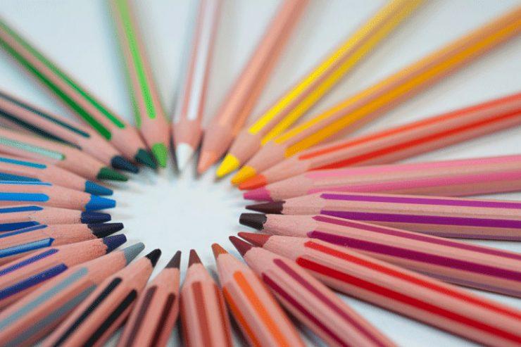 buntstifte, ordentlich im kreis zusammen gelegt, foto: unsplash.com, agence-olloweb